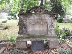 Grabstelle von Gustav Pretzien mit der von den Merseburger  Heimatfreunden 1957 zum ehrenden Gedenken gestifteten Grabplatte auf dem Stadtfriedhof St.Maximi; Archiv W. Müller