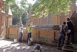 Juni 2017, Seminar in Vollenschier/ Arbeiten an der Historischen Kirchenmauer, Foto: ijgd, Andrea Friedrich