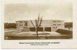 Schule Teutschenthal, Hintere Schulansicht mit Spielhof, Architekt Ernst Trommler, Gera. Foto: Leske 2016, S. 95–111.