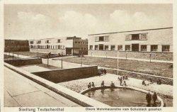 Blick vom Schulhausdach auf die Wohnhausreihen. Foto: Leske 2016, S. 95–111.