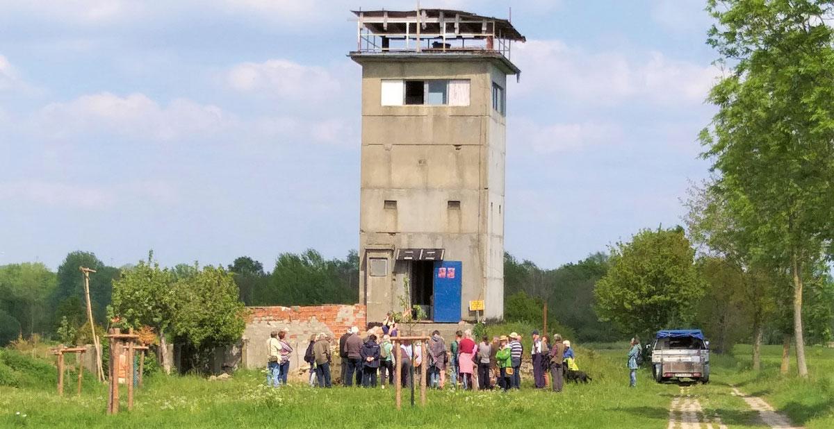 Alter DDR-Grenzturm nahe Dahrendorf während einer Grenzwanderung am Grünen Band Deutschland (Nationales Naturmonument) im Mai 2019. Foto: Amanda Hasenfusz