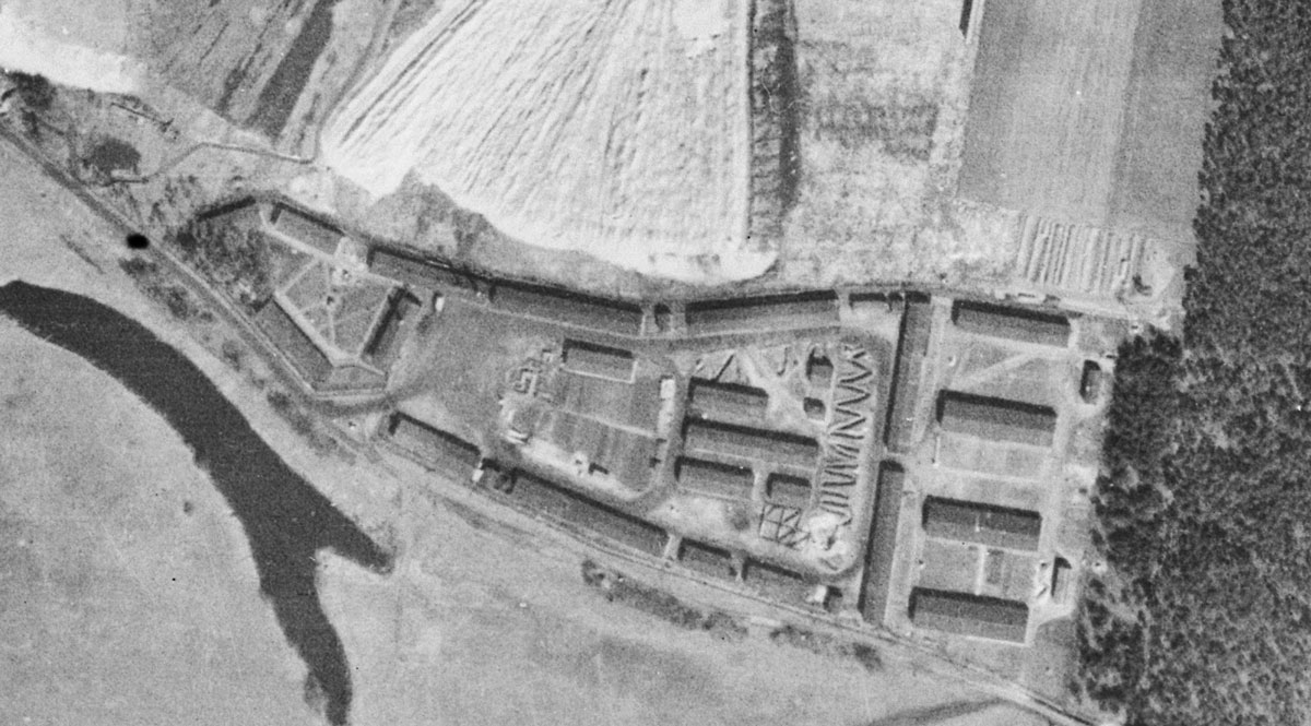 """Das Strafgefangenenlager  """"Elberegulierung"""" Griebo,  amerikanische Luftbildaufnahme vom März 1944. Luftbilddatenbank Dr. Carls GmbH."""