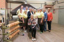 Bettina Hennig und die Belegschaft der Ersten Salzwedler Baumkuchenfabrik zusammen mit der Gründerin. Foto: Matthias Behne.