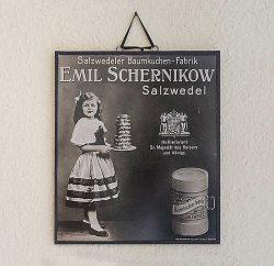 Werbung aus der Geschichte der Salzwedler Baumkuchenfabrik im Ausstellungsbereich des Verkaufsraums. Foto: Matthias Behne.