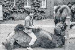 Dr. Karin Reglich 1985 mit Trampeltier im Hallischen Zoo. Foto: Karin Reglich privat.