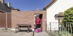 Ostrauer Bewohner bekommt Einkäufe geliefert,  Foto: Matthias Behne, lautwieleise
