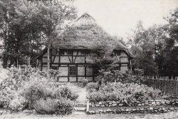 Der erste ländliche Garten im Freilichtmuseum Diesdorf am Kammerfach des Niederdeutschen Hallenhauses aus Winkelstedt (1787); Fotografie: ca. 1990 von Hartmut Bock