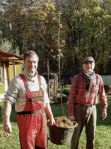 Steffen Amme aus Wilsleben holt bei Prof. Bernd Reuter eine Elsbeere ab. Foto: S. Amme