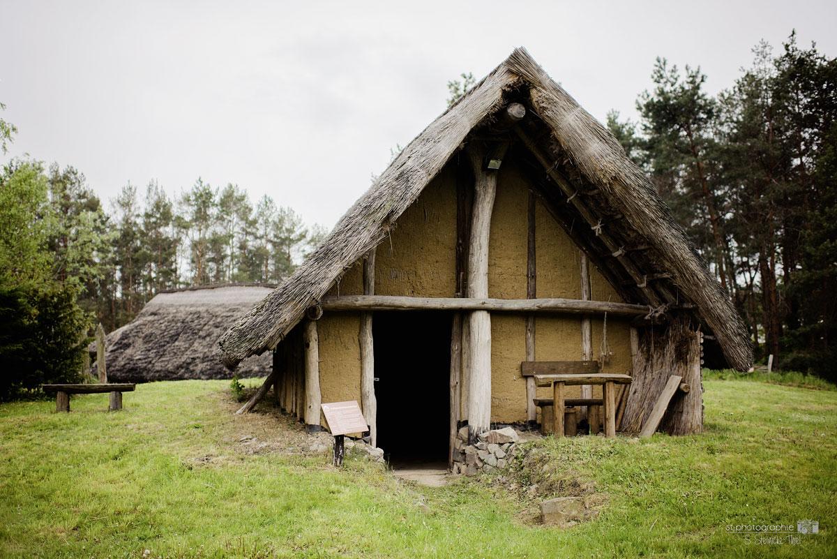 Hütte im Steinzeitdorf Randau. Foto: Steinzeitdorf©ST-Photographie by S. Steinicke-Thiel.