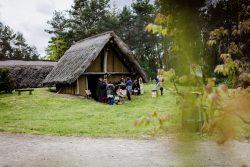 Wikingergruppe zu Gast im Steinzeitdorf. Foto: Steinzeitdorf©ST-Photographie by S. Steinicke-Thiel.
