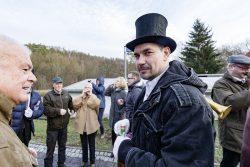 Zum Umzug in Friesdorf gehört auch das Anstoßen auf das Neujahr. Foto: Matthias Behne