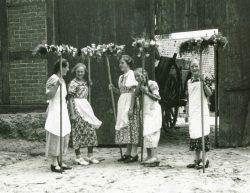 """""""Erntefest"""" in Lüdelsen 1937. Foto: Franz Bohnstedt"""
