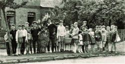 """Jungen und Mädchen ziehen in Bonese mit dem """"Pfingstrick"""" beim Heischeumzug durch das Dorf 1970. Foto: Archiv Hartmut Bock"""