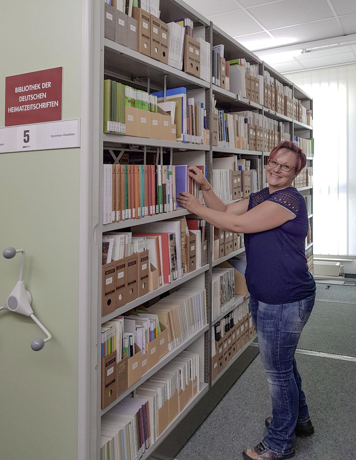 Jeanette Thiele, die Betreuerin der Bibliothek der Heimatzeitschriften. Foto: Leibniz-Institut für Länderkunde