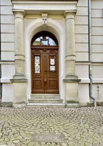 """Pflasterstein mit Jahreszahl 2009 vor dem """"Neuen Rathaus"""" in Brehna. Foto: K. Münchow"""