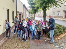 """Eine Schulklasse auf dem """"Pfad der Geschichte"""". Foto: G. Döring"""