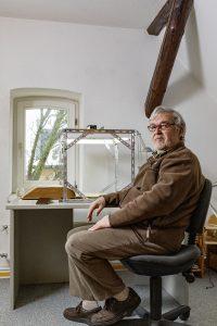 Albrecht Will vor seinem selbst gebauten Gestell aus Lochwinkeln. Foto: Matthias Behne