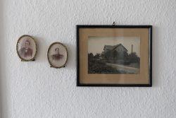 Die mütterlichen Großeltern des Autors, die am 9.11.1902 heirateten. Rechts die  Molkerei Meseberg bei Osterburg, zu der sich in der Zeitung vom 14.12.1918 überraschend eine kleine Einbruchsnotiz fand. Foto: Matthias Behne